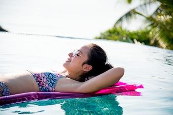 Mulheres em uma piscina inflável