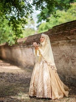 Mulheres em vestido de noiva indonésio