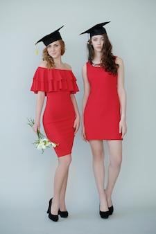 Mulheres em vestidos vermelhos