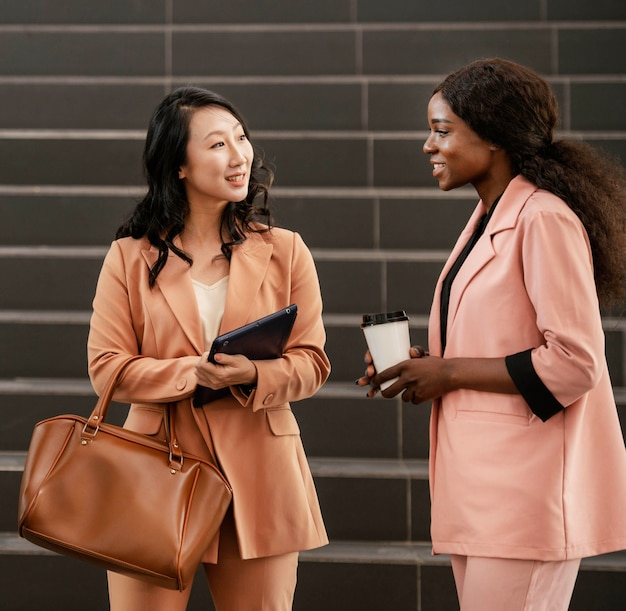 Mulheres empresárias sorridentes de tiro médio