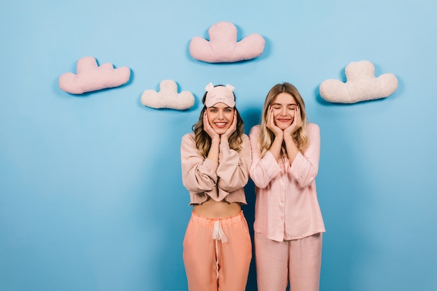 Mulheres encantadas posando na festa do pijama