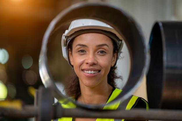 Mulheres engenheiras com uniforme de proteção, fazendo trabalhos práticos na fábrica.