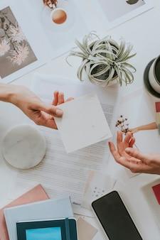 Mulheres entregando papel em branco no escritório