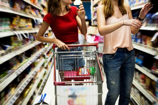 Mulheres, escolher, alimento, de, supermercado mercearia