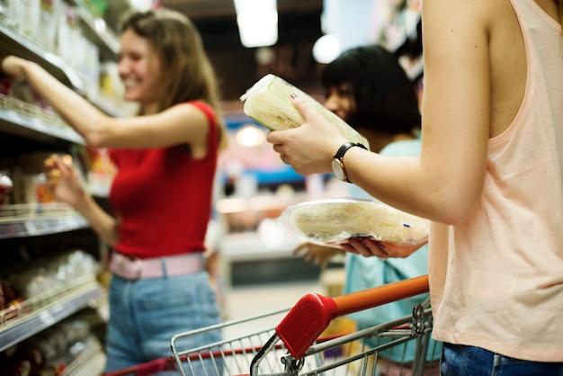 Mulheres, escolher, alimento, de, um, supermercado, prateleira