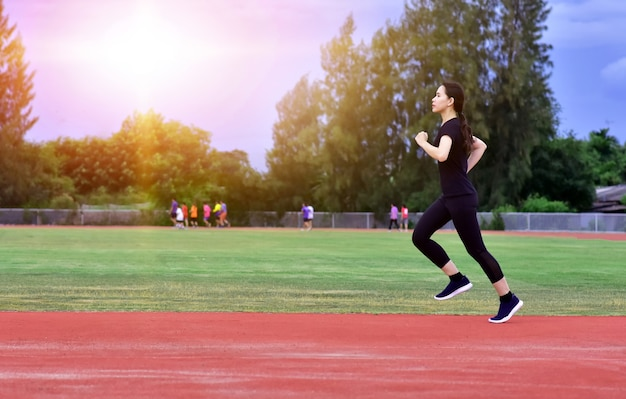 Mulheres esportivas fazendo exercícios ou correndo
