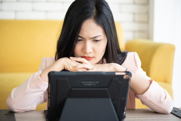Mulheres estressantes em trabalhar no escritório, conceito de síndrome de escritório