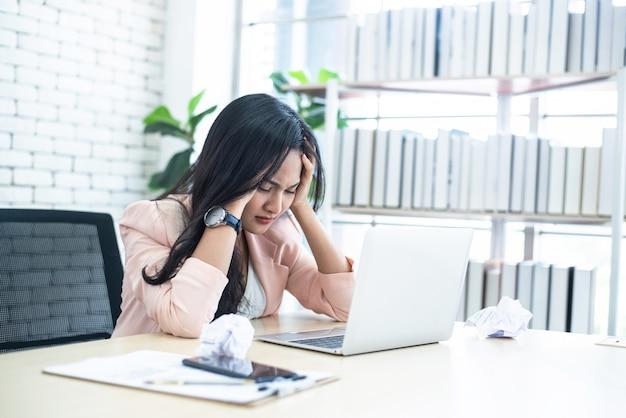 Mulheres estressantes em trabalhar no escritório