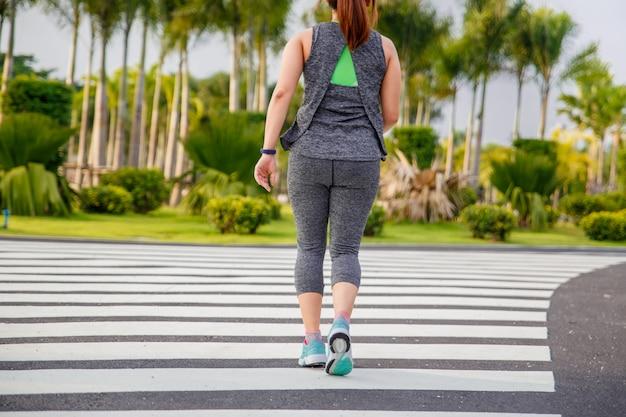 Mulheres exercitando. mulher de corredor correndo de manhã no parque público.