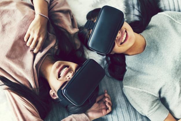 Mulheres experimentando realidade virtual com headsets vr