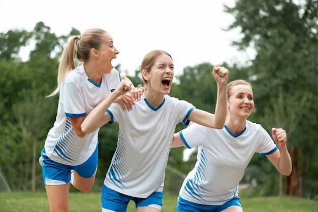 Mulheres expressando vitória ao ar livre