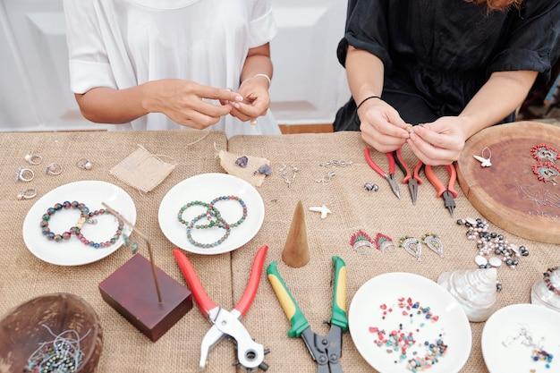 Mulheres fazendo belas joias