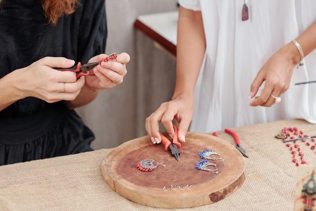 Mulheres fazendo brincos