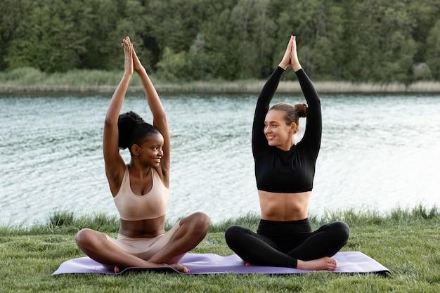 Mulheres fazendo exercícios ao ar livre juntas