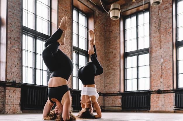 Mulheres fazendo ioga na academia