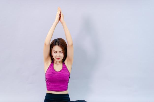 Mulheres fazendo yoga para a saúde exercício na sala conceito de cuidados de saúde e boa forma