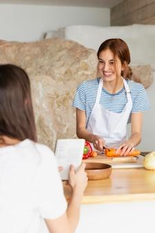 Mulheres fechadas na cozinha Foto gratuita