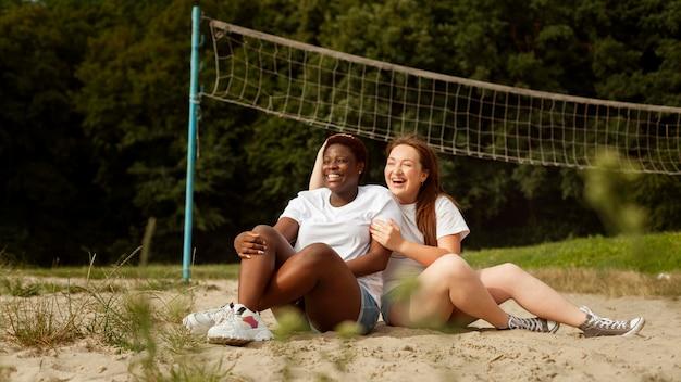 Mulheres felizes ao ar livre junto com a rede
