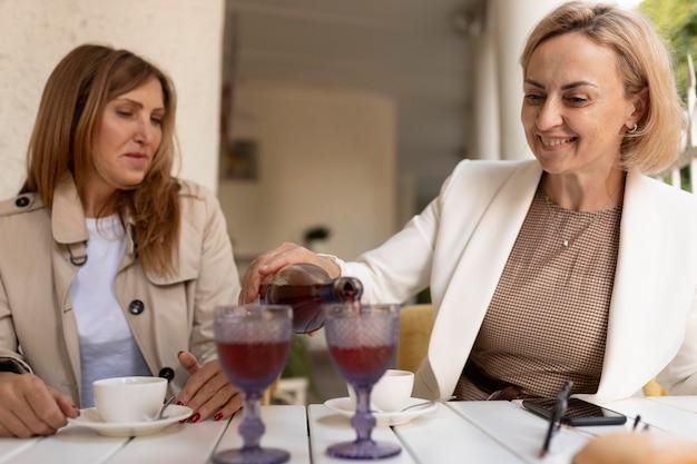 Mulheres felizes com bebidas dose média