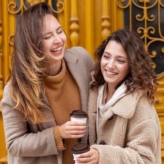 Mulheres felizes com tiro médio e café