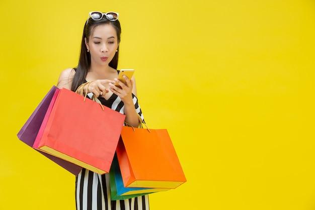 Mulheres felizes comprando on-line com um telefone inteligente