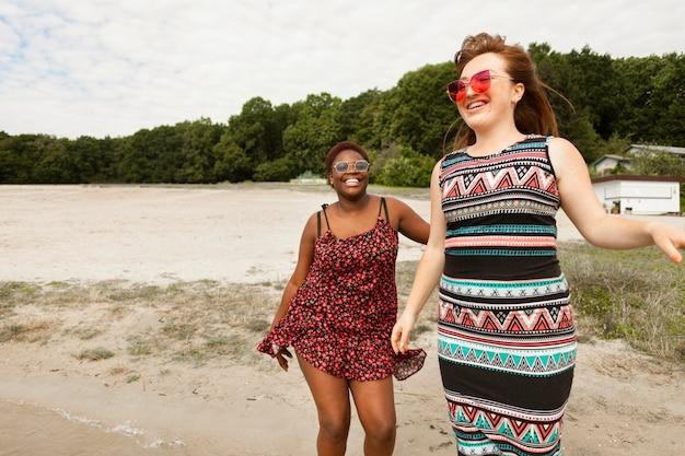 Mulheres felizes curtindo o tempo na praia