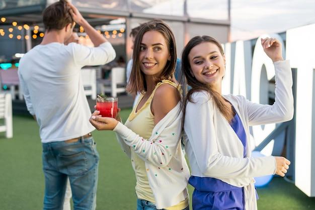 Mulheres felizes dançando em uma festa