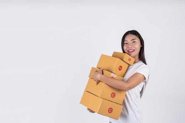 Mulheres felizes de encomendar produtos de clientes, empresários que trabalham em casa em um backg branco