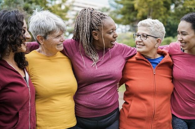Mulheres felizes de várias gerações se divertindo juntas após treino esportivo ao ar livre