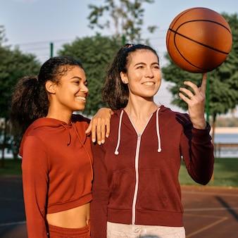 Mulheres felizes depois de um jogo de basquete