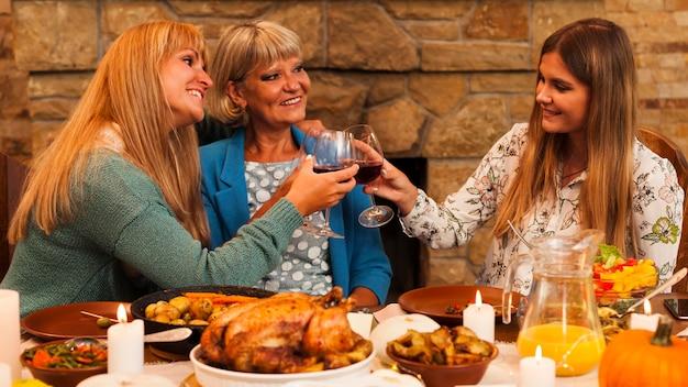 Mulheres felizes em dose média brindando
