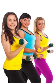 Mulheres felizes em fitness usam com halteres