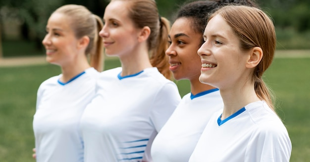 Mulheres felizes em pé de tiro médio