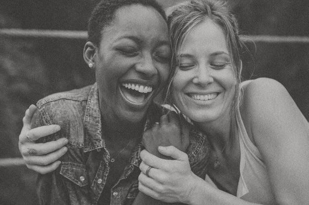 Mulheres felizes em tons de preto e branco