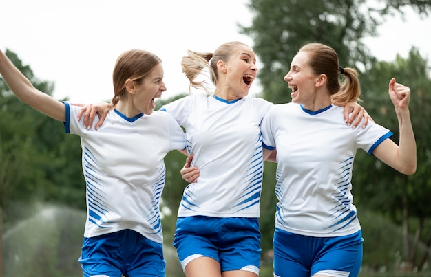 Mulheres felizes expressando vitória