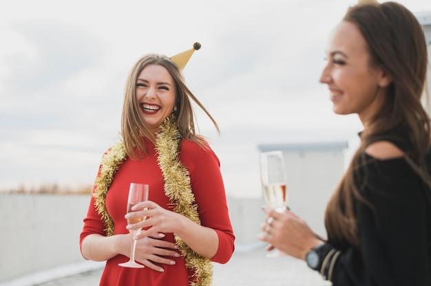 Mulheres felizes, festas em um aniversário