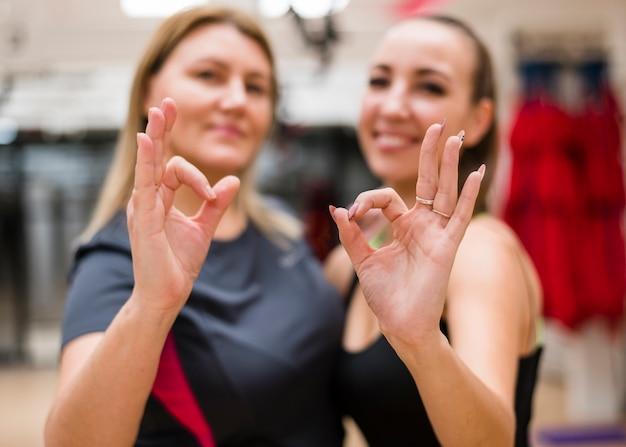 Mulheres felizes juntas na academia