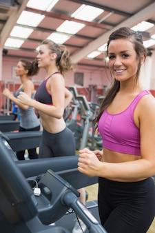 Mulheres felizes no ginásio