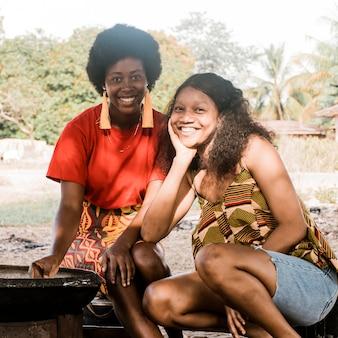 Mulheres felizes posando ao ar livre em foto média