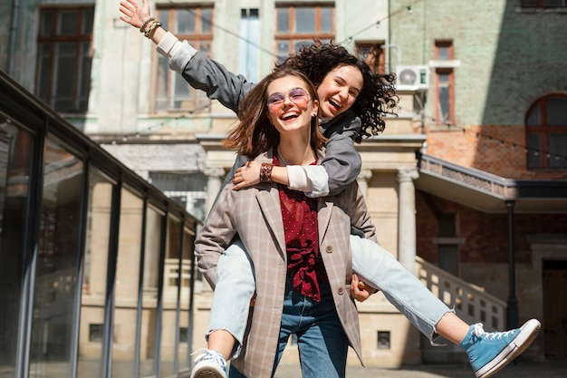 Mulheres felizes se divertindo juntas