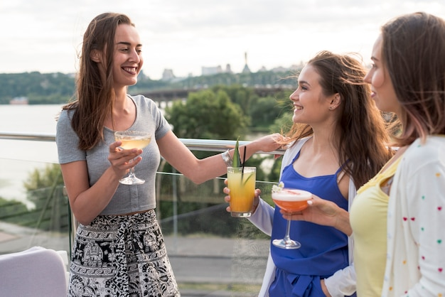 Mulheres felizes tendo uma conversa em uma festa