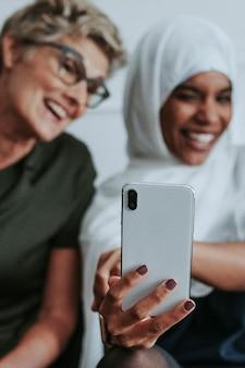 Mulheres felizes tirando uma selfie