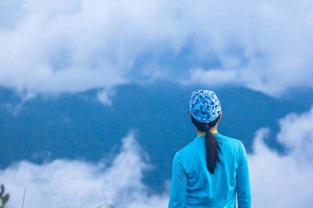 Mulheres, ficar, observar, a, nevoeiro, ligado, a, montanha