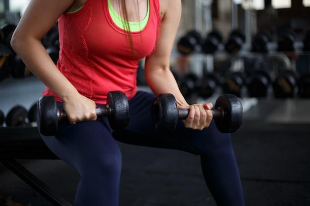 Mulheres gordas da aptidão que exercitam no gym da aptidão. conceito de exercício.