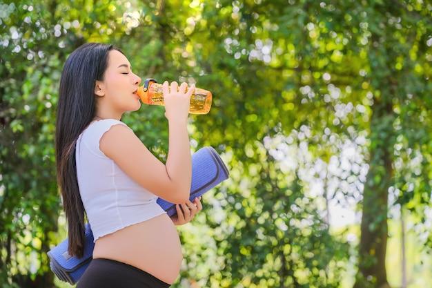 Mulheres grávidas bebem água vazia para a saúde