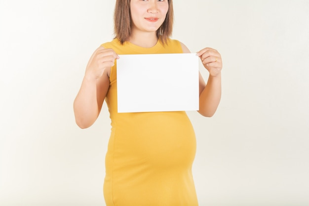 Mulheres grávidas e pequenos rótulos de papel.