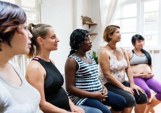 Mulheres grávidas em uma classe