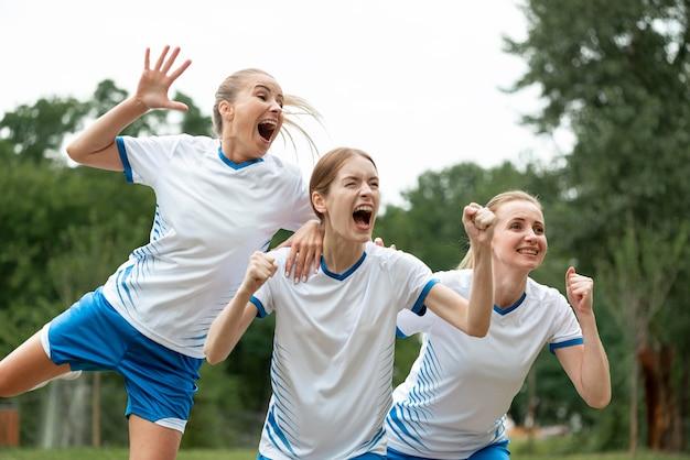 Mulheres gritando expressando vitória