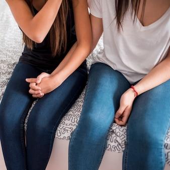 Mulheres homossexuais de mãos dadas em casa