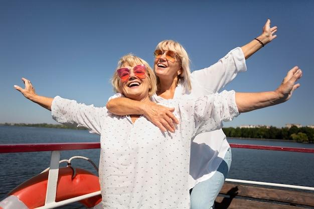 Mulheres idosas em tiro médio no barco